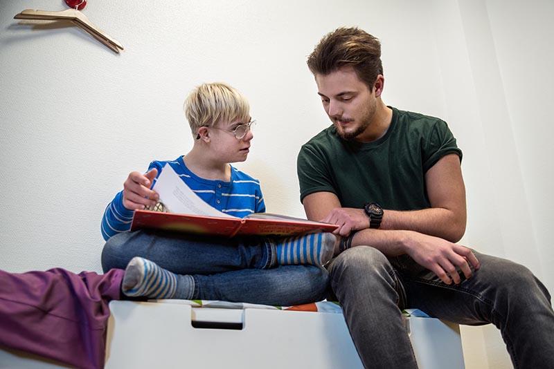 Personlig assistent och kund läser och assistenten svarar på frågor.